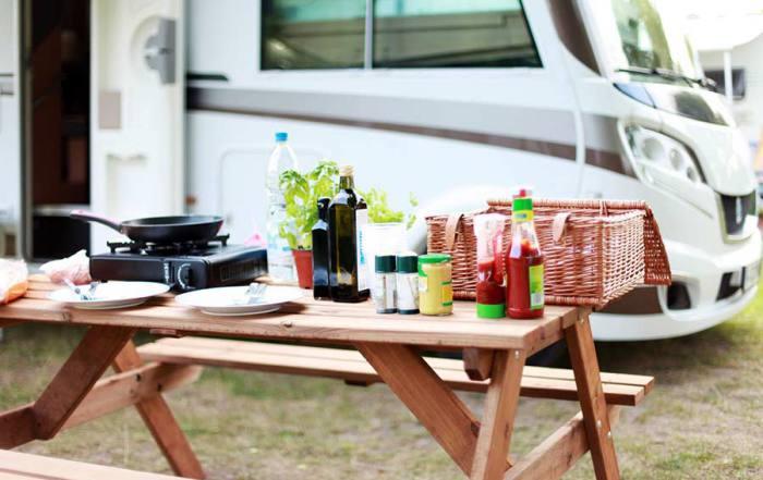 Typischen Gerichten auszukosten bei einer Reise mit dem Wohnmobil
